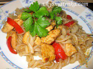 Лапша с куриным филе и овощами - фото