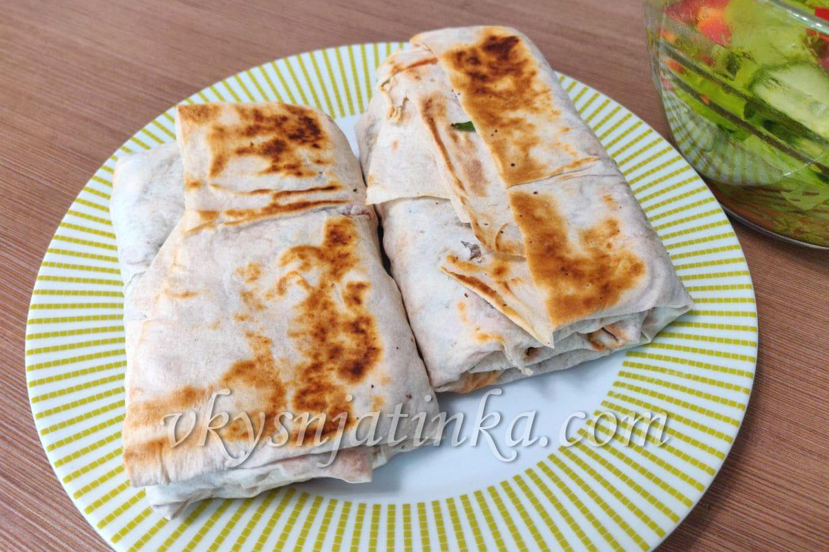 Лаваш с сыром и зеленью на сковороде - фото