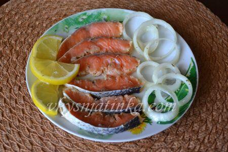 Маринованная красная рыба с луком - фото