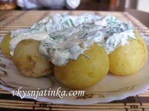 Молодой картофель со сметанной заправкой - фото