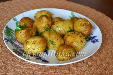 Молодой картофель запеченный в духовке - фото