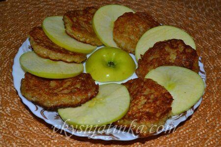 Овсяные оладьи с яблоками - фото