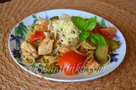 Паста с кабачками и помидорами - фото