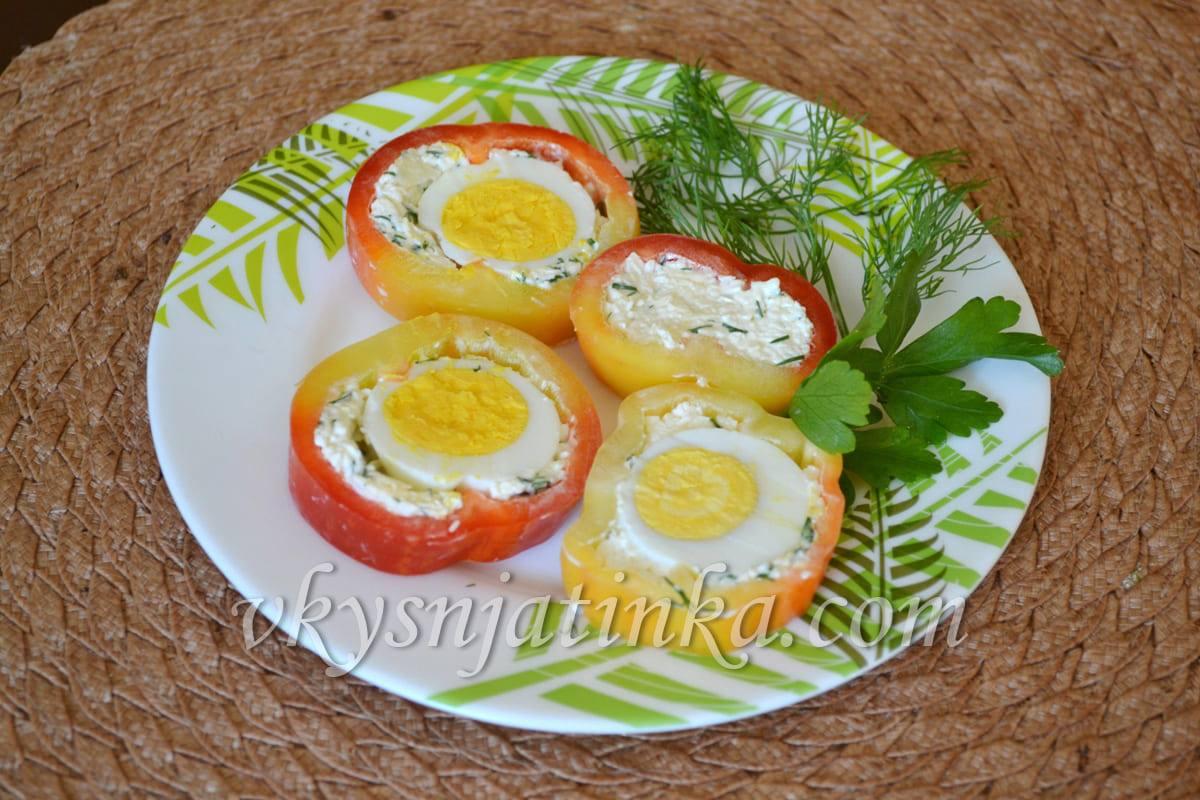 Перец фаршированный яйцом и сыром - фото