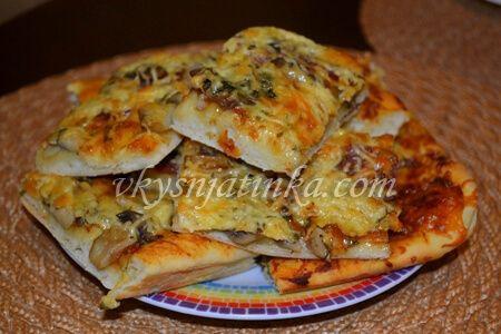 Пицца с колбасой и грибами - фото
