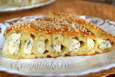 Пирог из слоеного теста с куриным филе и брынзой - фото