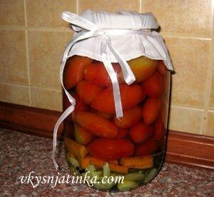 Помидоры консервированные с морковью и луком - фото
