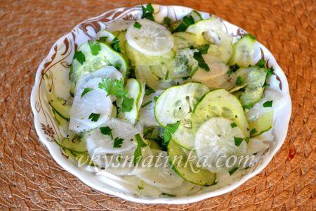 Салат из дайкона с огурцом - фото