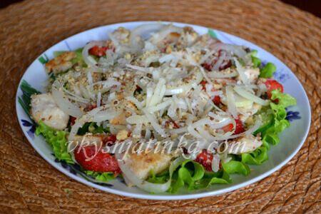 Салат с клубникой и курицей - фото