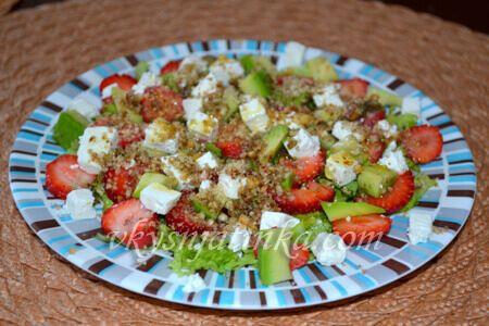 Салат с клубникой и рукколой - фото