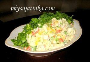 Салат с крабовыми палочками и зеленью - фото