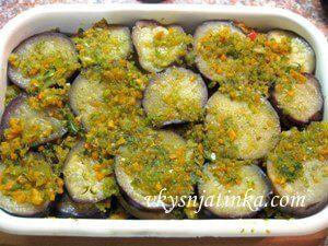 Салат с маринованными баклажанами и луком - фото
