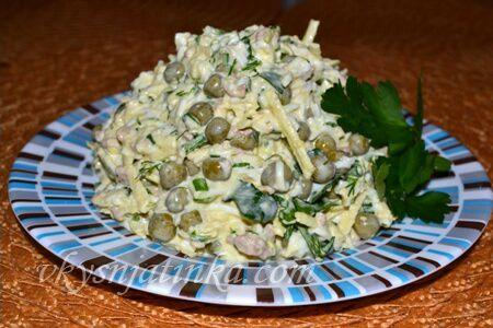 Салат с печенью трески и зеленым горошком - фото