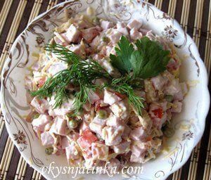 Салат с сыром и ветчиной - фото