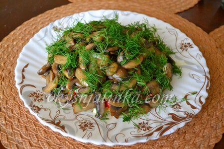 Салат с жареными шампиньонами - фото