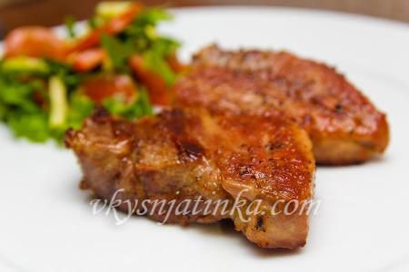 Вкусный стейк из свинины на сковороде - фото