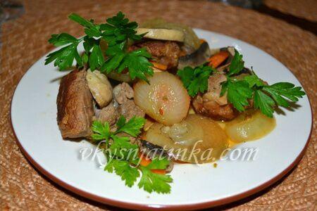 Свинина запеченная с овощами в духовке - фото