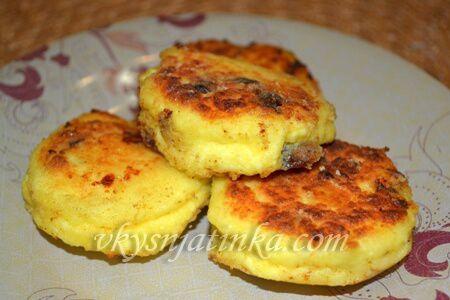 Сырники с изюмом - фото