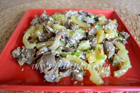Тушеные куриные желудки с овощами - фото
