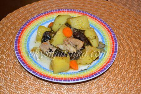 Тушеный картофель с черносливом в мультиварке - фото