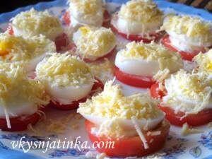 Закуска из помидоров и вареных яиц - фото