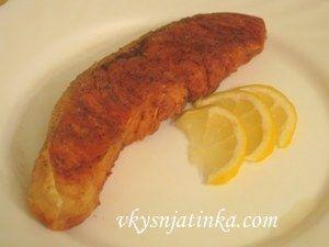Стейк лосося жареный на сковороде - фото
